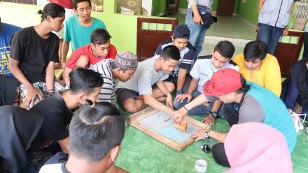 Pelatihan Sablon di Pedukuhan 3 Singosaren oleh KKN UGM