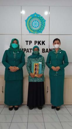 Ketua Pokja IV TP PKK Singosaren, Ibu Tanti Rismayani Terima Penghargaan dari TP PKK Bantul