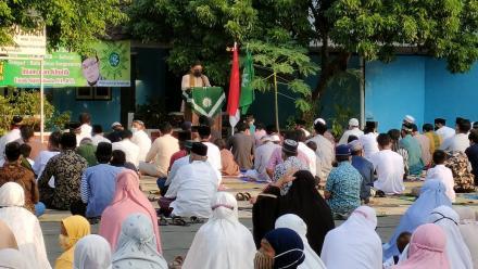 Penyelenggaraan Sholat Ied di Halaman Balai Kalurahan Singosaren